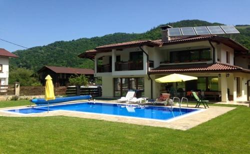 Нощувка за 11 Човека в <em>Рибарица</em> в Къща за Гости Марина с Басейн, Сауна, Барбекю, Озеленен Двор и Още Удобства!