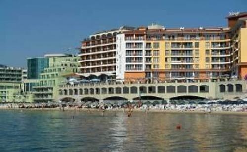 Топ Почивка на Първа Линия в Несебър, 5 Дни със Закуска След 25.08 в Хотел Мираж