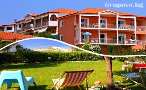 От 13.07 до 31.08 - Нощувка на 40 Метра от Плажа в Никити за Двама, Трима или Четирима от Комплекс Summer House в Никити, Гърция!