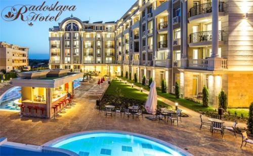 ТОП сезон в Слънчев бряг! Нощувка със закуска + басейн и водна пързалка от хотел Радослава****