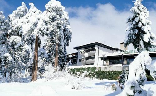 На Ски в <em>Боровец</em>. 3, 5 или 7 Нощувки за Двама със Закуски, Следобедни Закуски и Вечери + Сауна в Хотел Бор