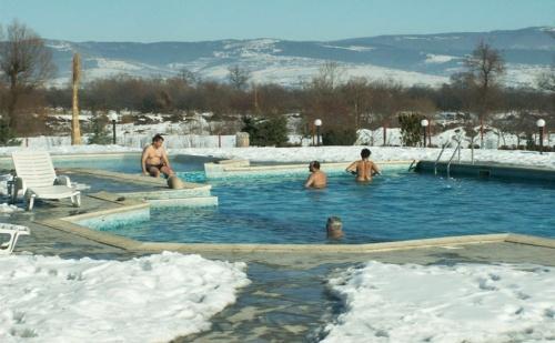 Спа Уикенд през Януари и Февруари в Комплекс <em>Долна Баня</em>! Нощувка със Закуска + Минерален Басейн с Гореща Вода и Джакузи на Топ Цена!