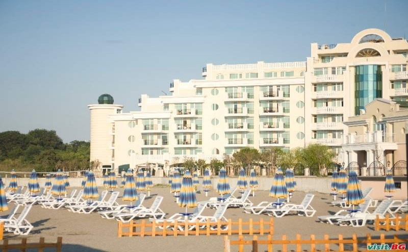 Лукс Лято с Чадъри и Шезлонги на Плажа, All Inclusive за Двама до 05.07 в Топ Комплекс Сънсет Ризорт, <em>Поморие</em>